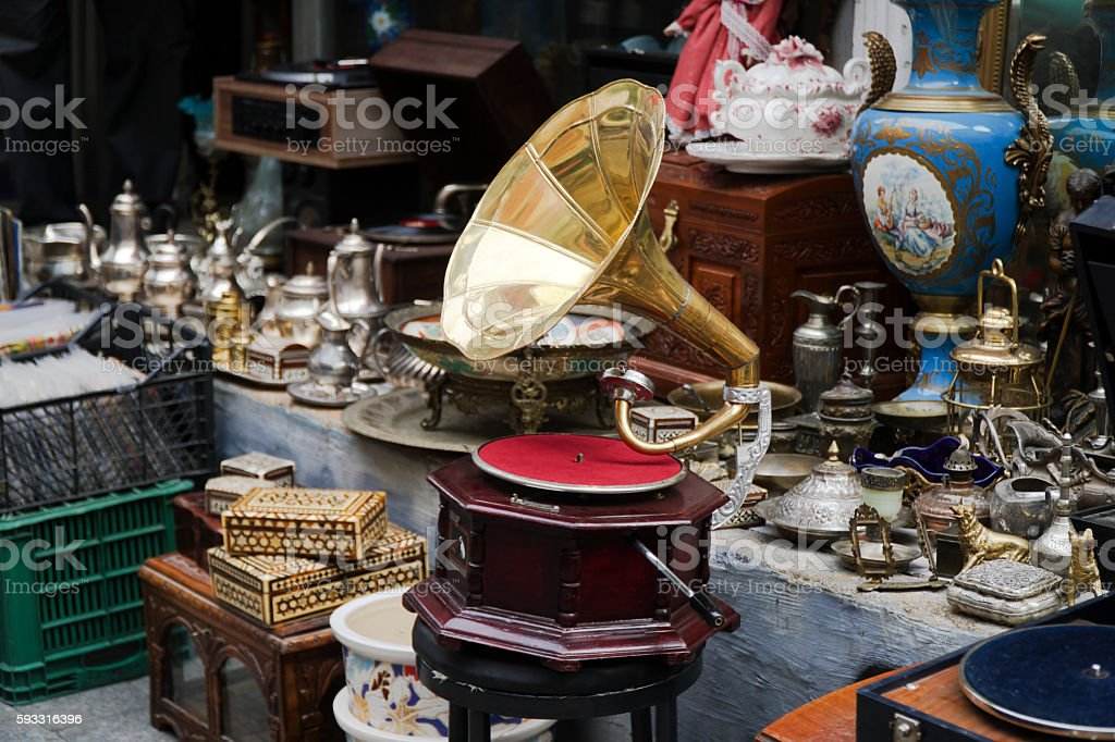 Old Gramophone and Other Antique Objects At Antiques Market - foto de acervo