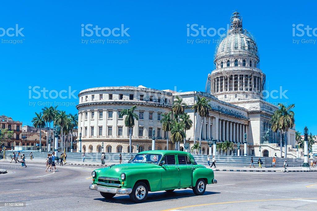 Grüne alte amerikanische Auto auf Straße Havana – Foto