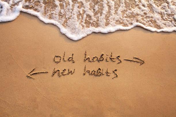 vecchie abitudini vs nuove abitudini, cambiamento di vita - assuefazione foto e immagini stock
