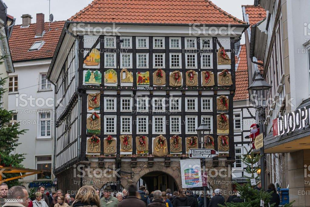 Alte Weihnachtskalender.Alte Fachwerk Haus Mit Riesigen Adventskalender Stockfoto Und Mehr