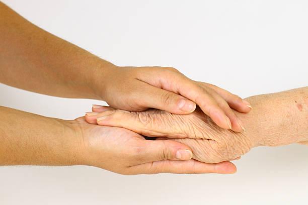 Alte hand in jungen Händen – Foto