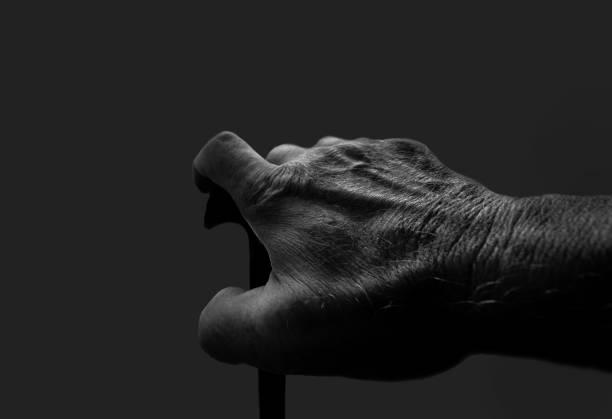 alte Hand mit Gehstock in Schwarzweiß – Foto
