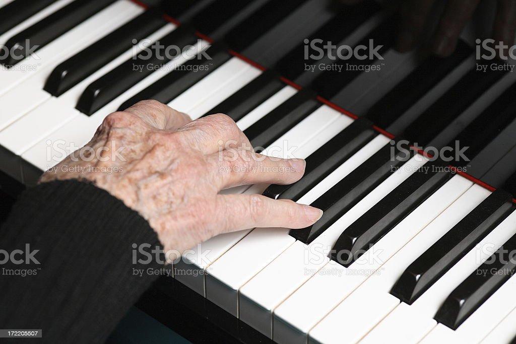 Vecchie mani sul piano foto stock royalty-free