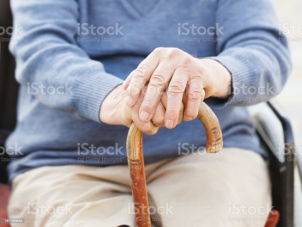 Alte Hände auf stick – Foto