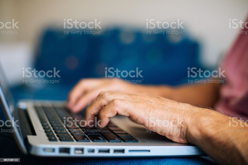 Old mãos no teclado - Foto de stock de Adulto royalty-free