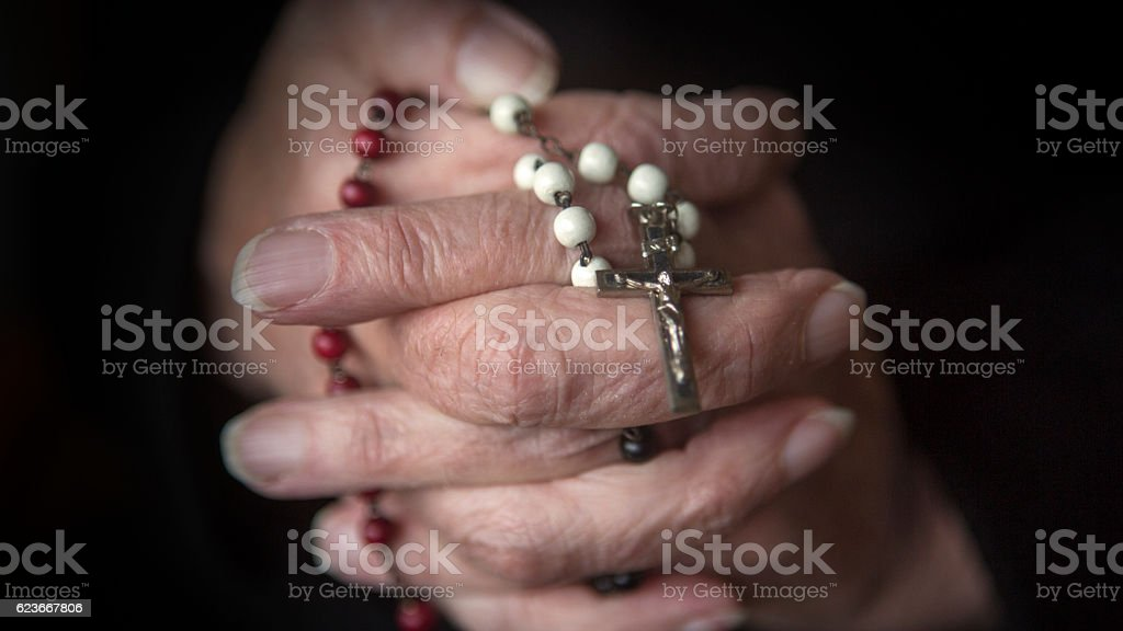 old hands praying and holding a rosary – Foto