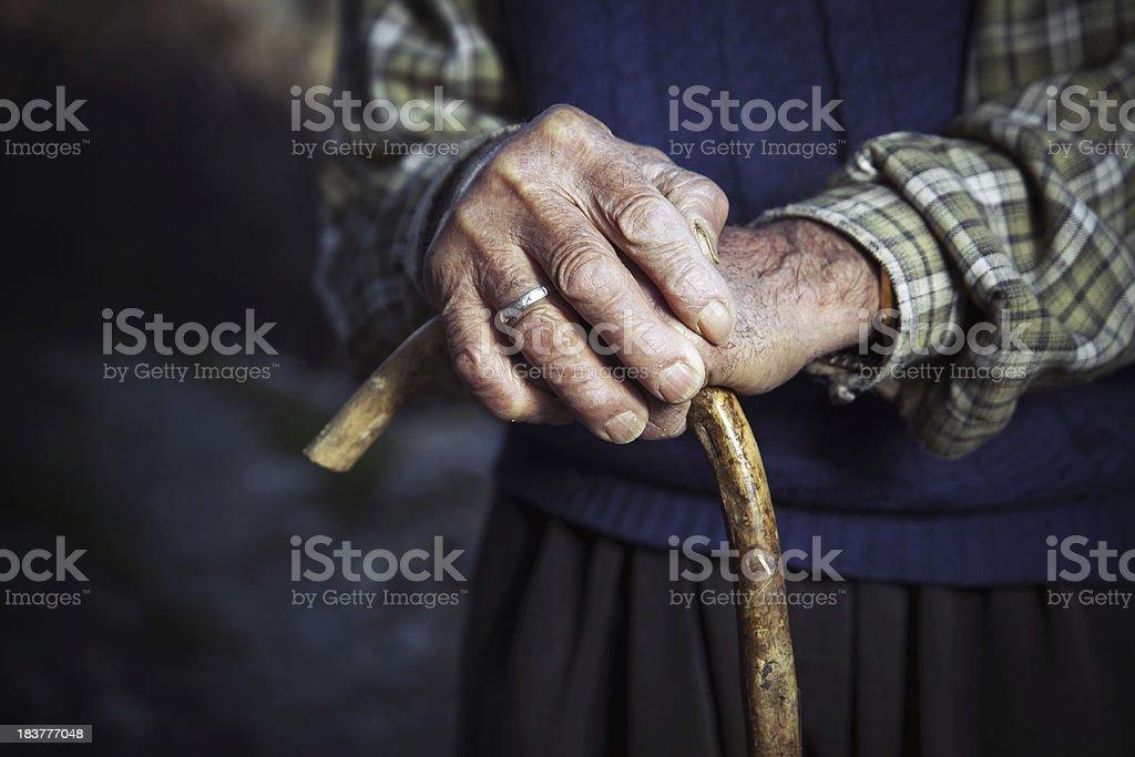 Old manos con pasos pequeños - foto de stock
