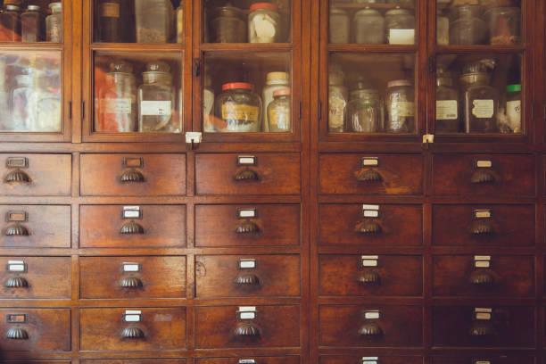 alte medizinische kräuterladen chinesische retrostil gewürz-kollektion holzgehäuse kräuter drin. - drogerie stock-fotos und bilder