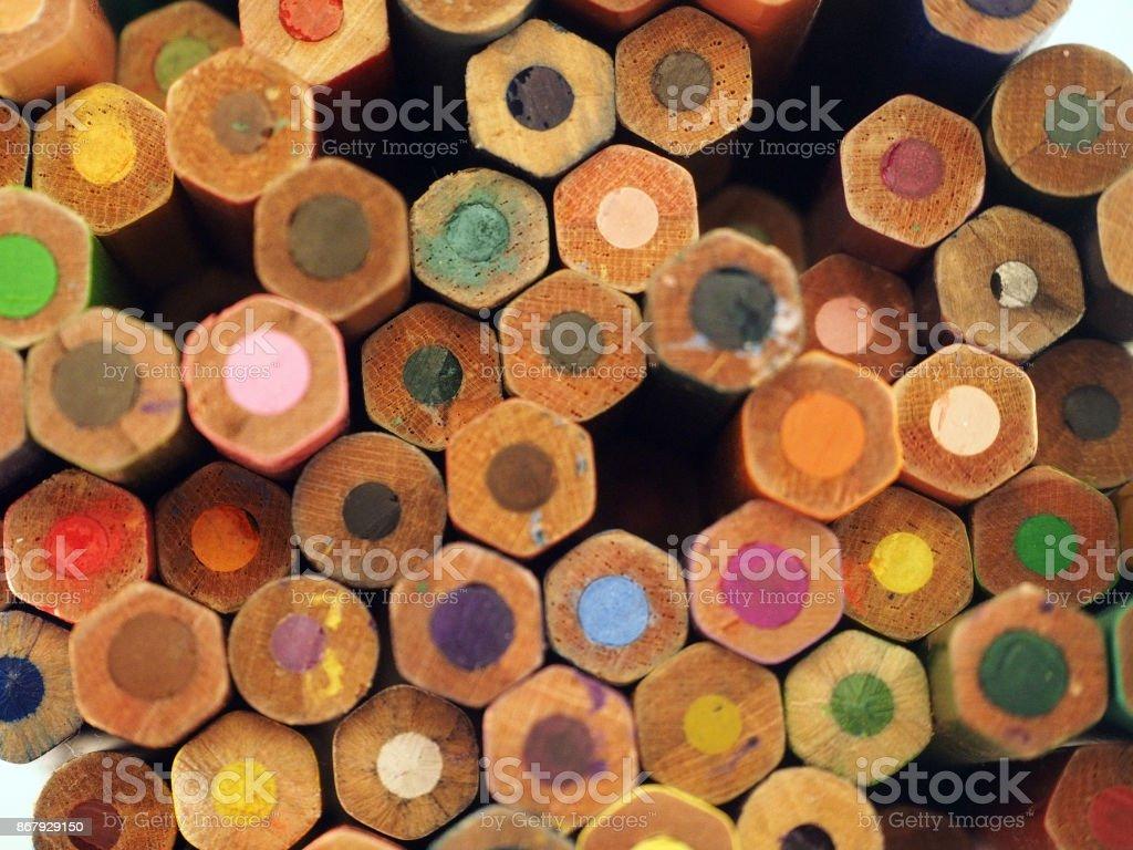 Vieux hexaèdres et rondes des crayons de couleur, vue arrière, fond de crayons - Photo