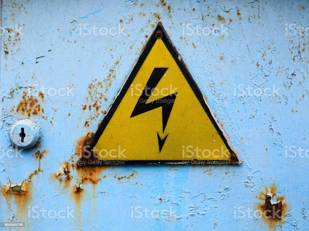 Velho sinal de alta tensão - foto de acervo