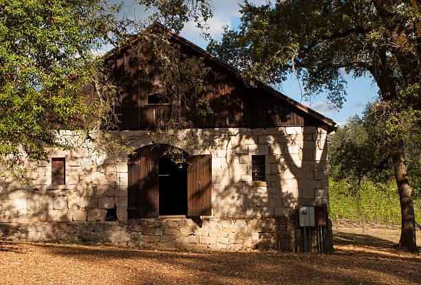 alte historische stone farm gebäude angwin, kalifornien - robert weinberg stock-fotos und bilder