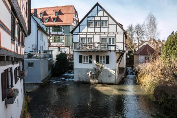 Alte historische Gebäude im alten Teil der Stadt in der Nähe des Flusses – Foto