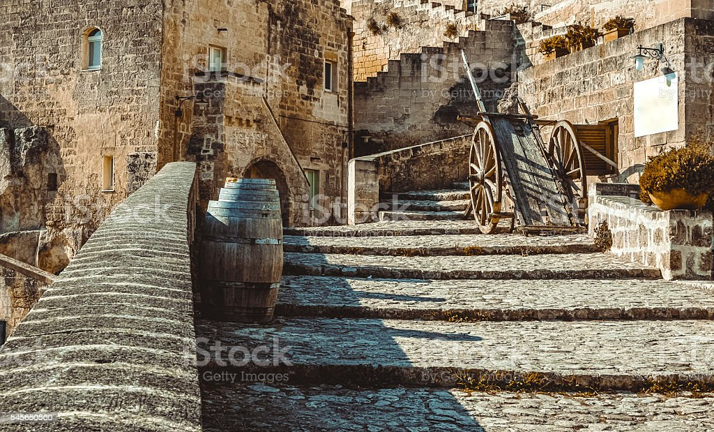 old historical scene with wood wagon and wine barrels - foto stock