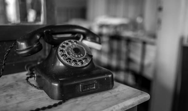 altes telefon zu hause - nostalgie telefon stock-fotos und bilder