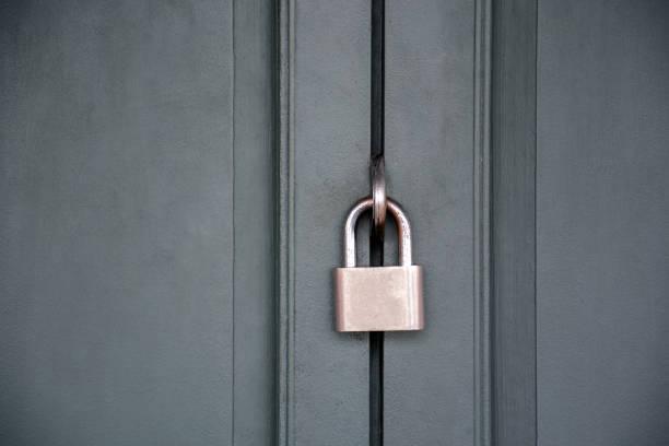 porta velha da casa a ferrugem está trancada com uma chave enferrujada. - fechadura - fotografias e filmes do acervo