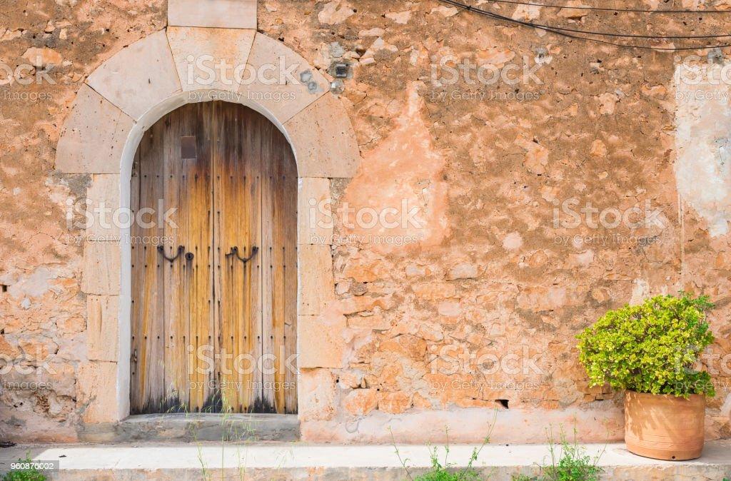 Maison Ancienne Avec Porte En Bois Vintage Et Mur De Pierre Rustique