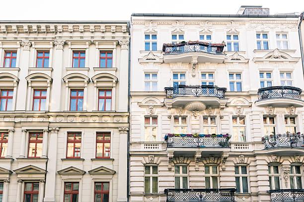 Alte Häuser und blauer Himmel Kreuzberg in Berlin – Foto