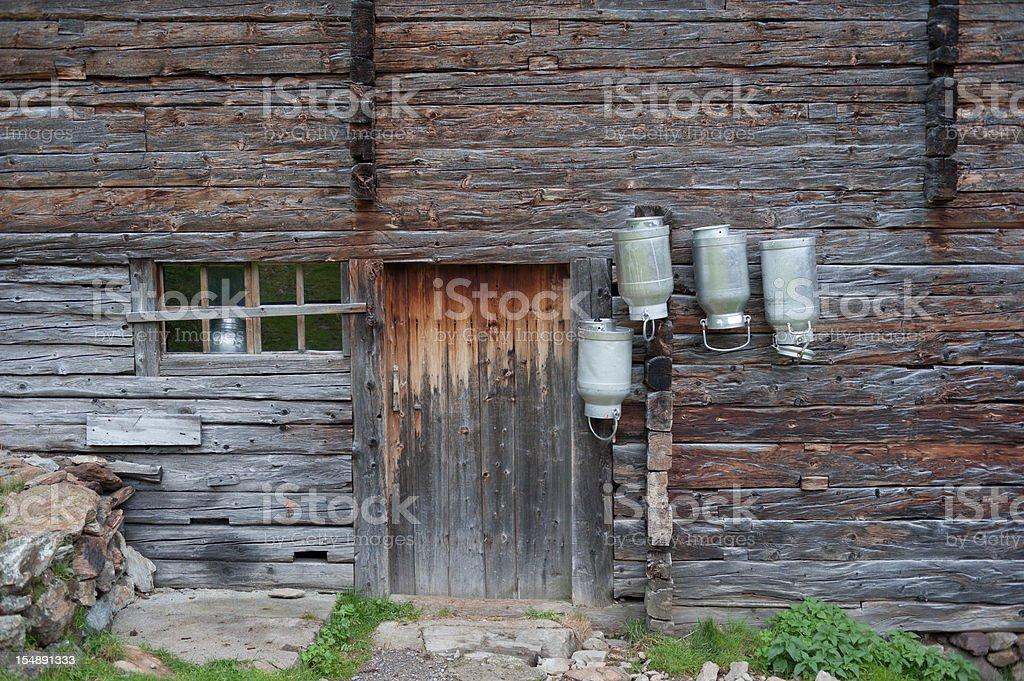 Old idyllischen Cowhouse mit Milchkanne – Foto