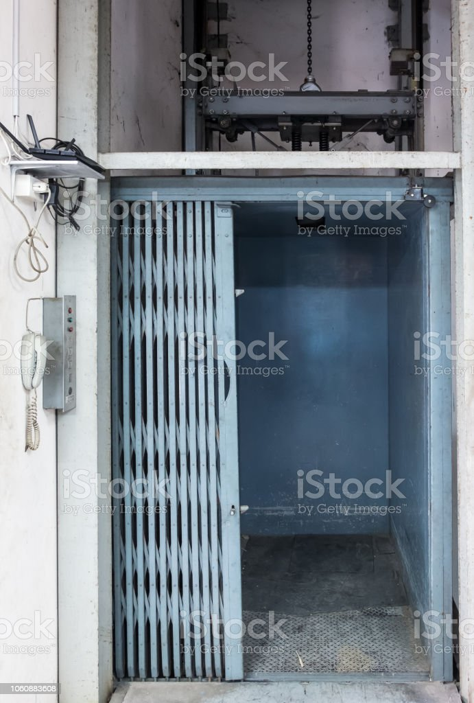 Antiguo elevador industrial. - foto de stock
