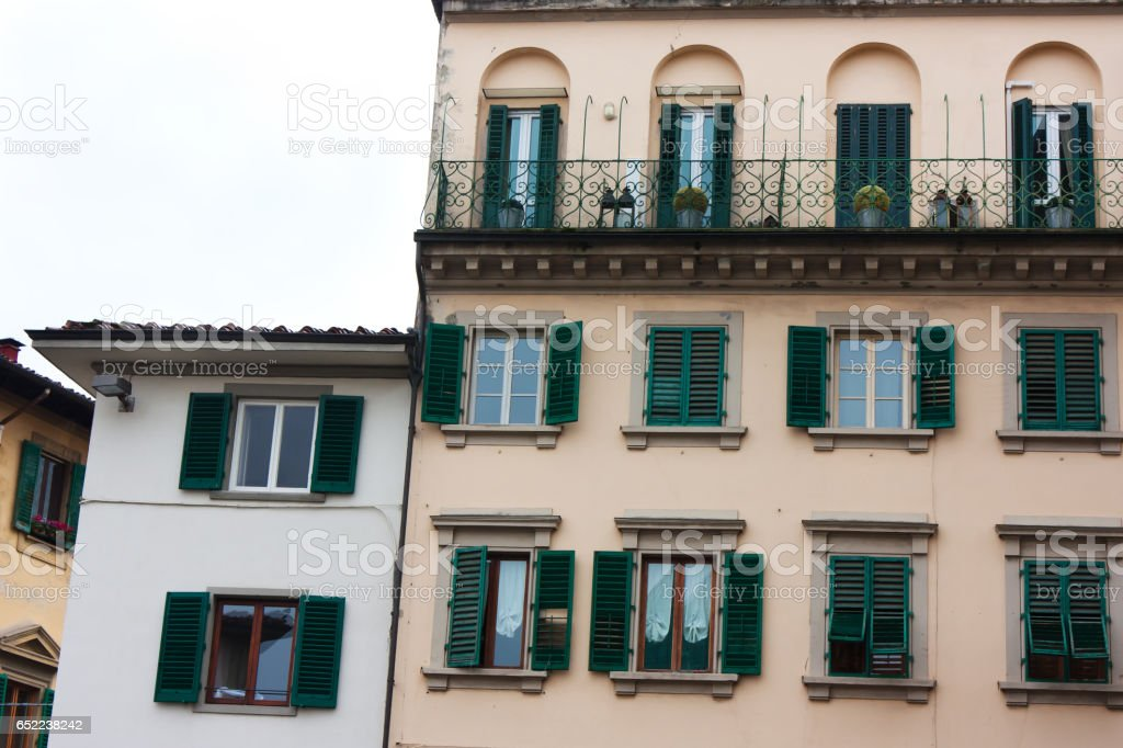 Alte Italienische Haus Mit Grunen Fensterladen Und Balkone Stockfoto