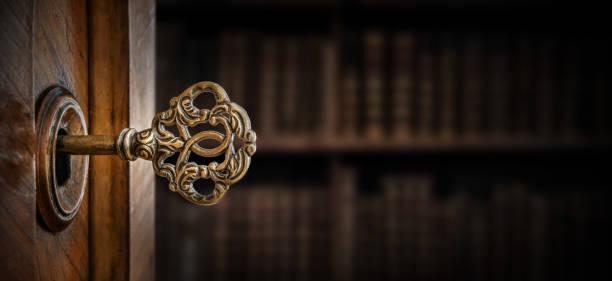 舊的鍵在鎖孔, 宏拍攝。復古風格。歷史、商業、安全背景的概念和理念。 - 鎖匙 個照片及圖片檔