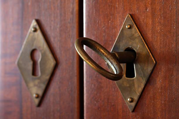 Alte Schlüssel im Schlüsselloch-Ausschnitt – Foto