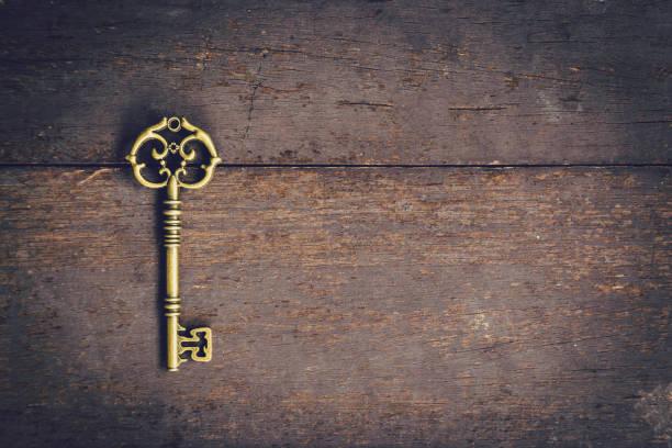 alte schlüssel weinlese auf holz mit raum, vintage-filter. - schlüssel dekorationen stock-fotos und bilder