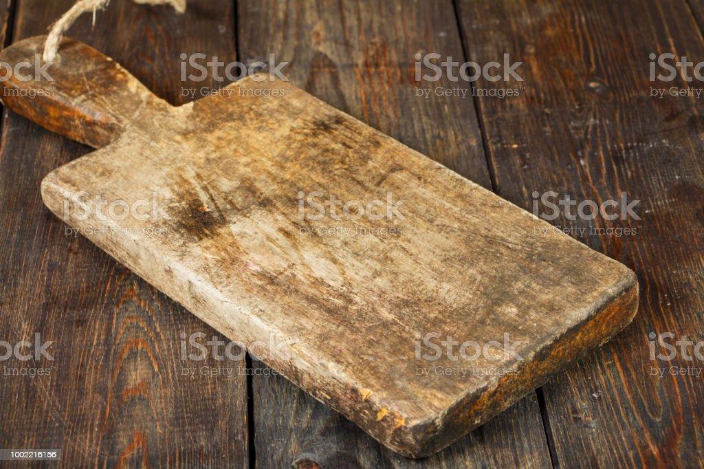 Oude keuken board op een zwarte houten tafel snijplank stockfoto en