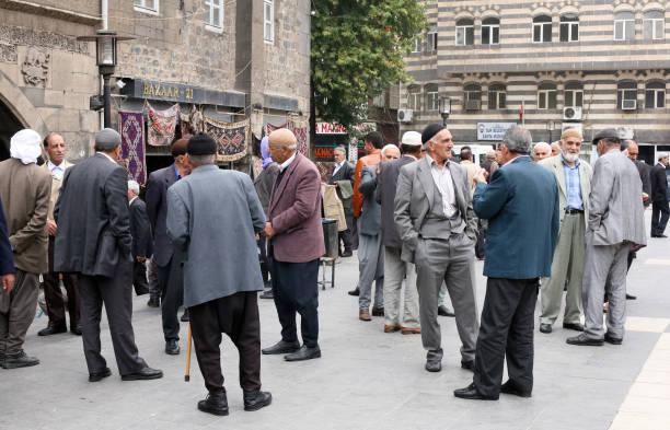 alte kurden sprechen im stadtzentrum von diyarbakir - kurdische sprache stock-fotos und bilder