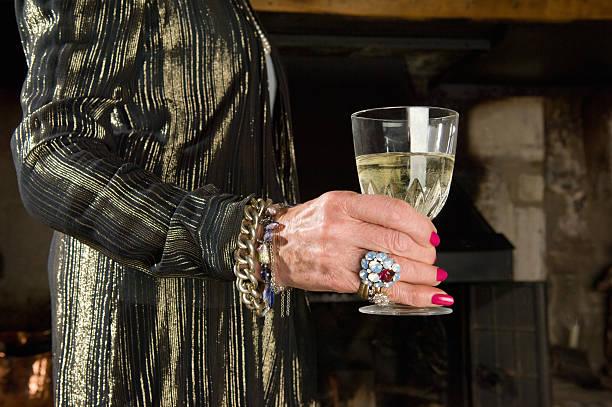 alter frauen hand mit glas wein - porzellan schmuck stock-fotos und bilder