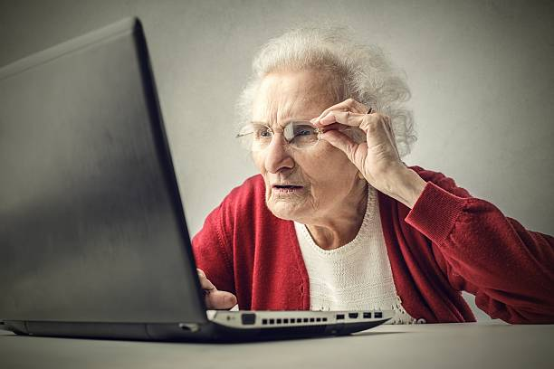 Old lady doesn't understand laptop – Foto