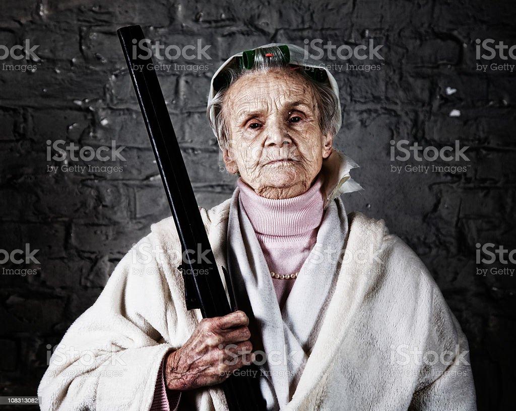 Vieille femme avec un fusil de chasse - Photo