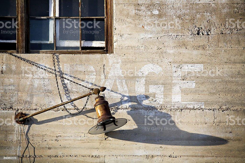 Ancienne lanterne sur mur couvert photo libre de droits