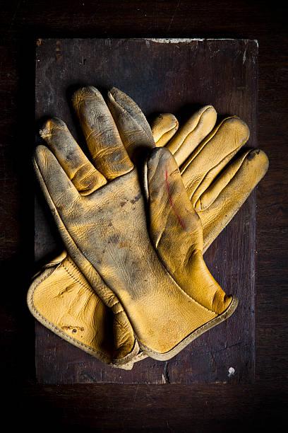 alte leder handschuhe - arbeitshandschuhe stock-fotos und bilder