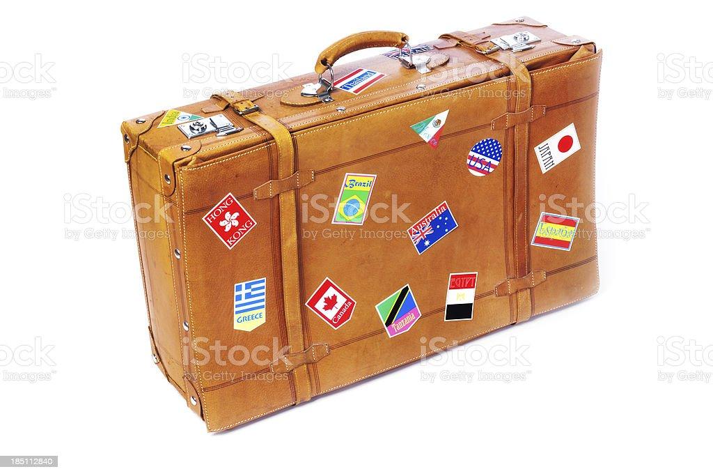 Old couro mala com adesivos de viagem internacional de rótulos em branco - foto de acervo