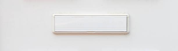 Letterbox velho na porta, maneira tradicional de entregar letras à casa, caixa postal velha - foto de acervo