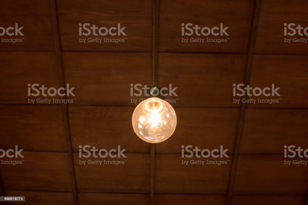 日本の家に木製の天井と古い電球 ストックフォト