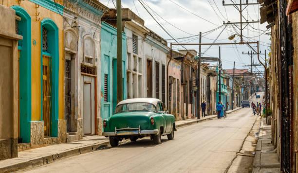Alte Wohnhäuser auf der anderen Straßenseite im Zentrum von Santiago de Cuba, Kuba – Foto