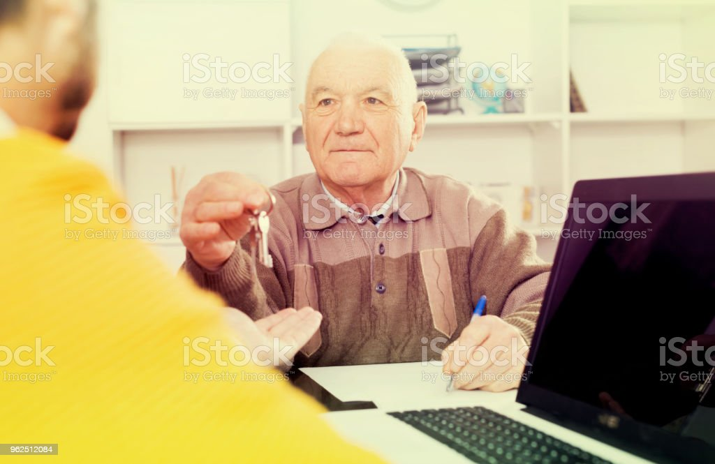 Old man and agent sign lease contract - Royalty-free 60-69 Years Stock Photo
