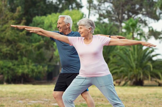 old man and woman doing stretching exercise - poprawna postawa zdjęcia i obrazy z banku zdjęć