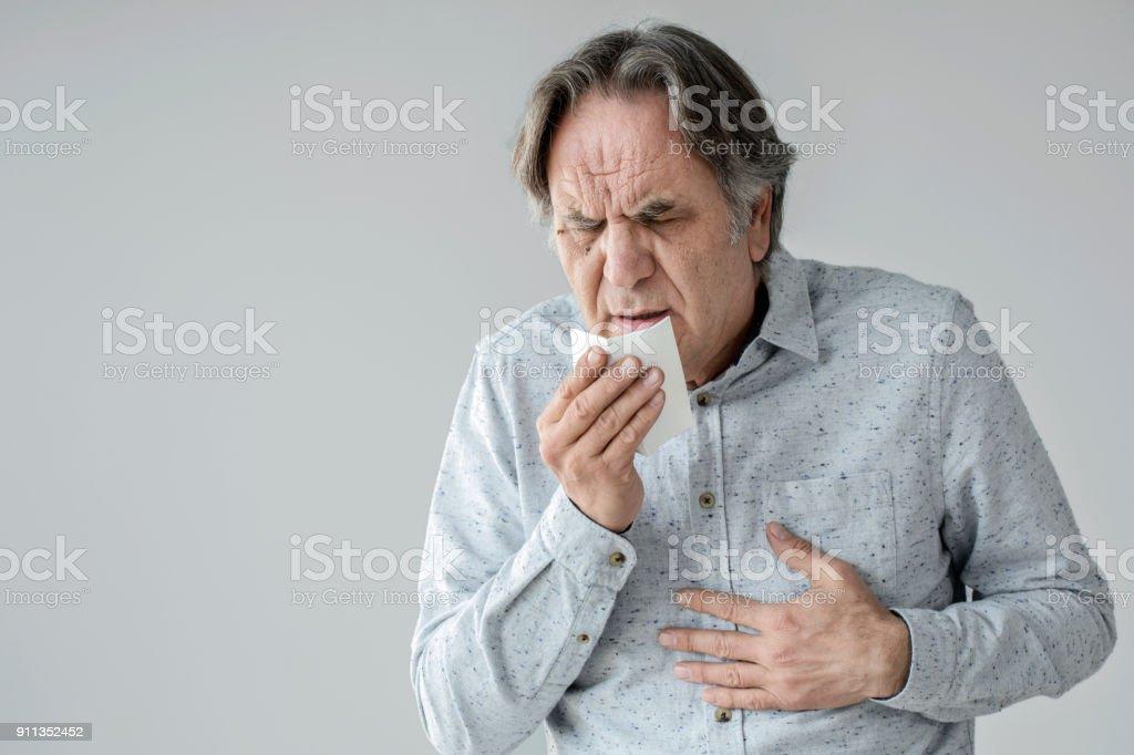 Hombre tosiendo al tejido - foto de stock