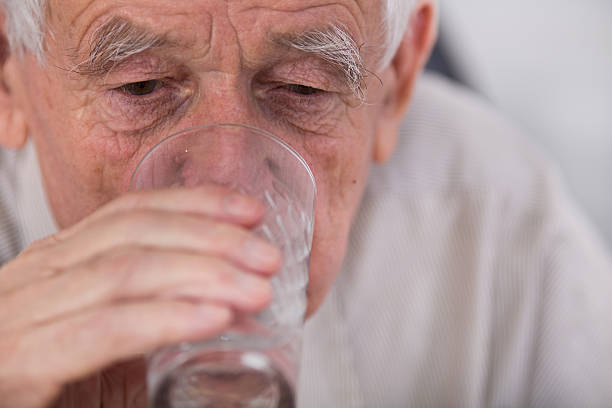 old man drinking water - 口渴 個照片及圖片檔