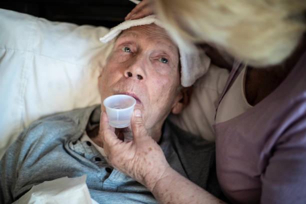 alter mann fieber - hospiz stock-fotos und bilder