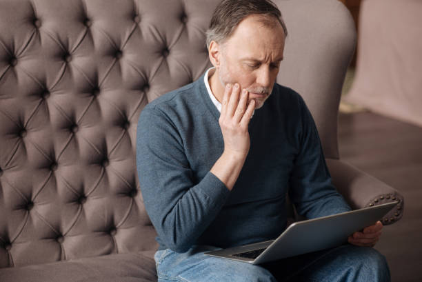 anciano con terrible dolor de muelas - mandibula fotografías e imágenes de stock
