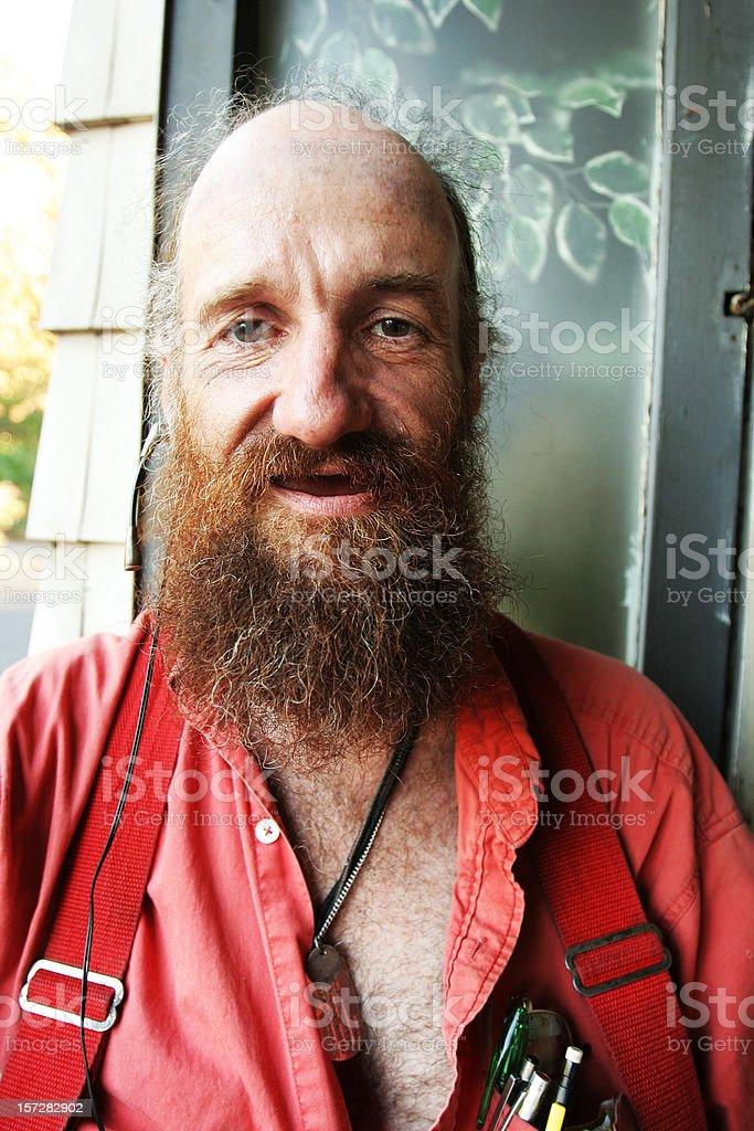 Stary człowiek w czerwonej koszuli i szelki – zdjęcie