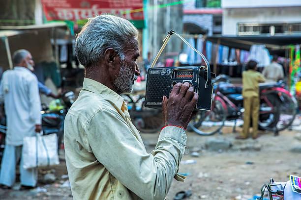 alter mann hören sie radio set einen old fashioned - radio kultur stock-fotos und bilder