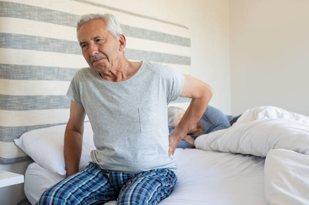 alter mann rückenschmerzen leiden - rückenschmerzen beim sitzen stock-fotos und bilder