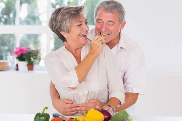 Vieil homme végétale tenue par l'épouse de dégustation - Photo