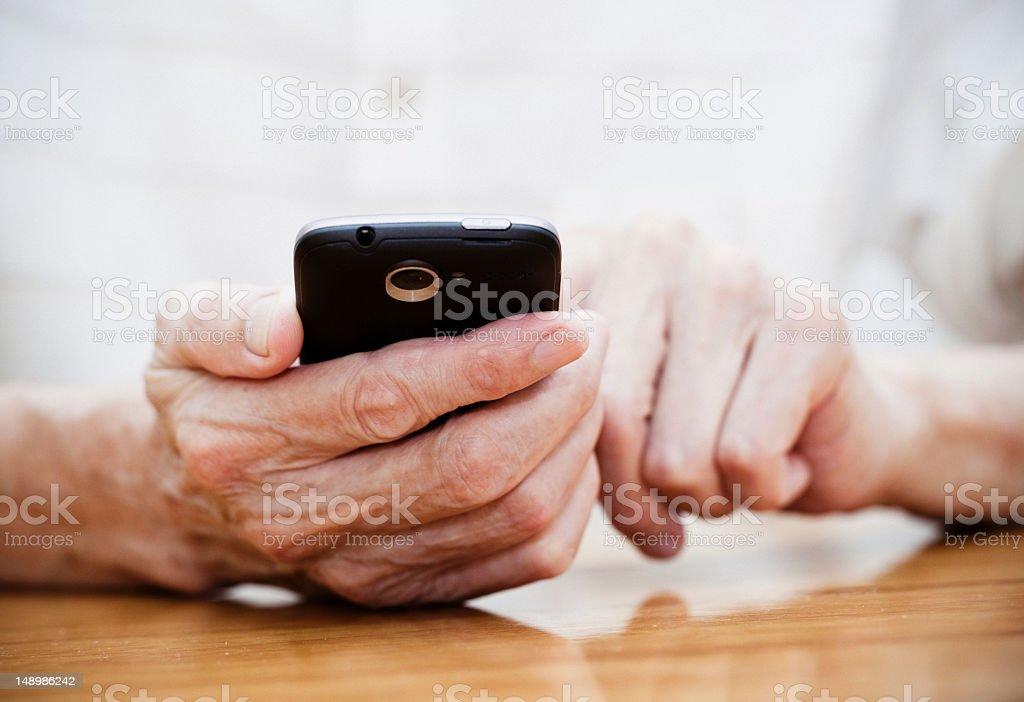 Alter Mann mit smart phone – Foto