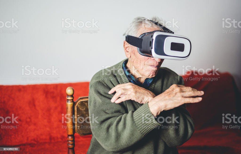 VR デバイスを使用している古い人 ストックフォト